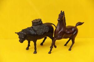 唐金の牛の香炉と、馬の置物