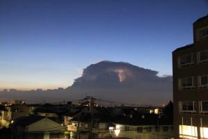 夕暮れ時黒い雲と稲光
