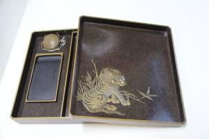 虎の絵の硯箱