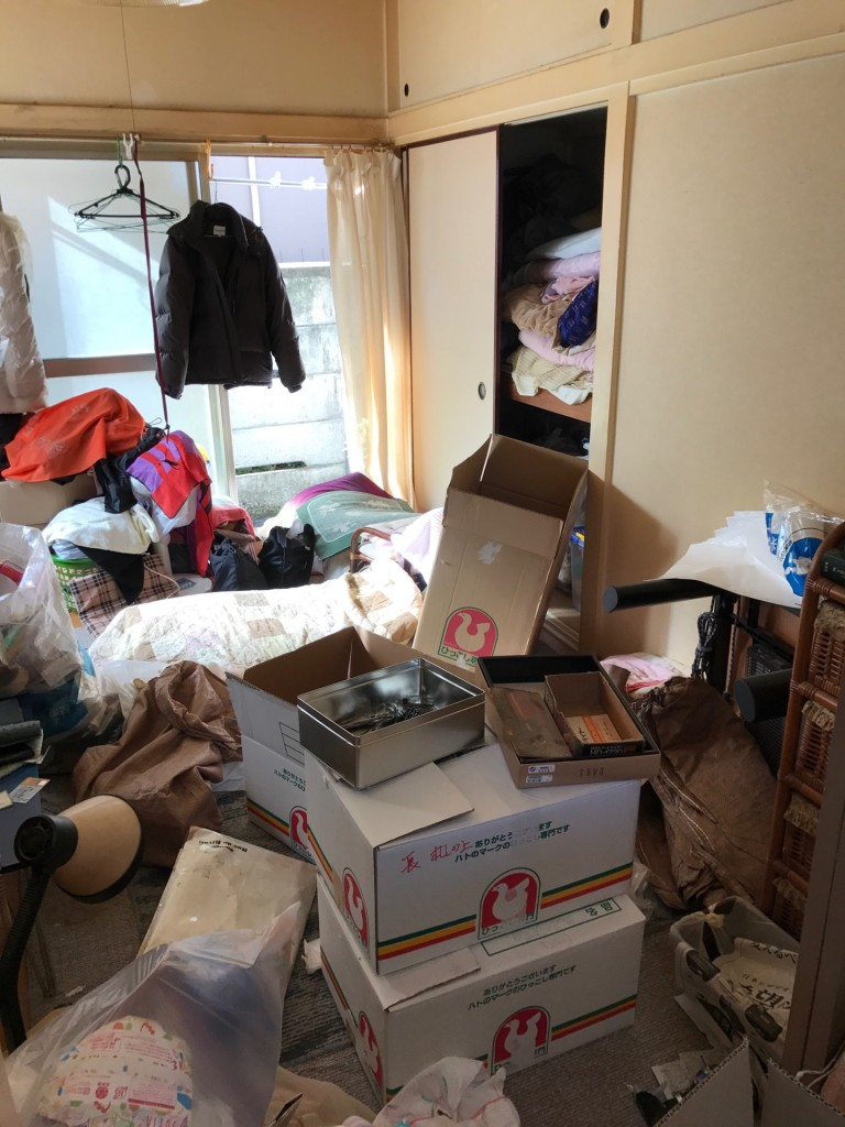 アパートの不用品片付け前の部屋