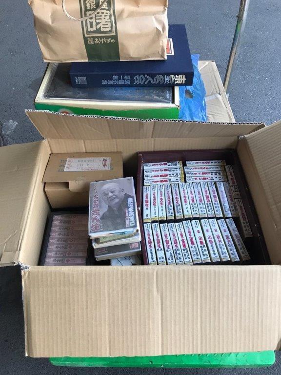 古いカセットテープとレコード