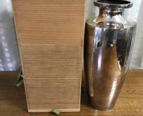 天皇から下賜された銀製の恩賜花瓶